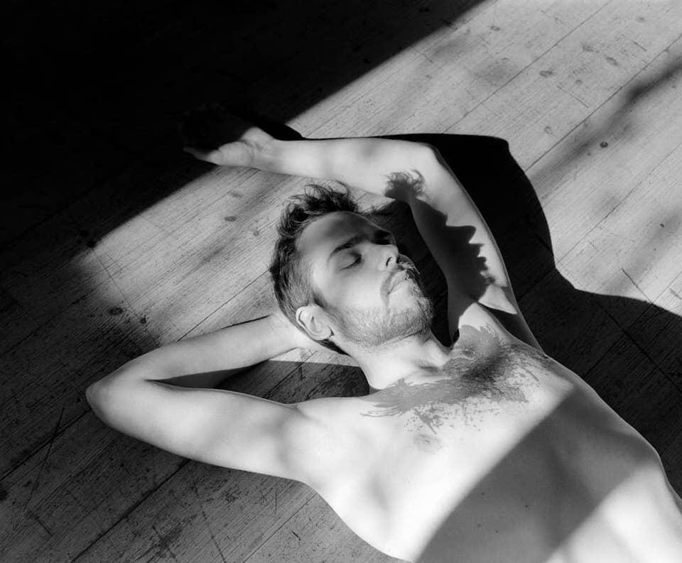 Mann auf einem sonnenbeschienenen Boden