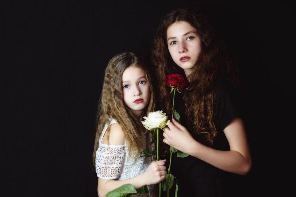 Zwei Mädchen mit Rosen