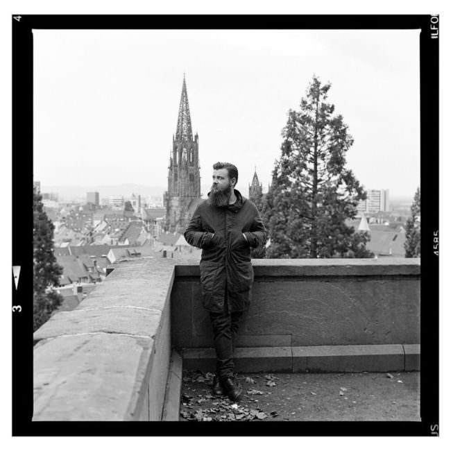 Mann auf einem Balkon
