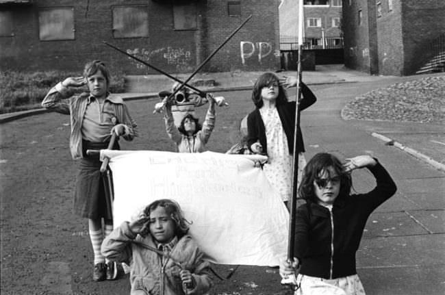 Kinder auf der Straße spielen Parade