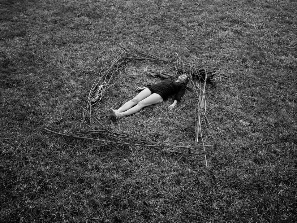 Frau auf einer Wiese liegend