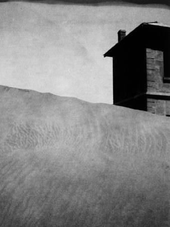 Haus hinter einer Düne
