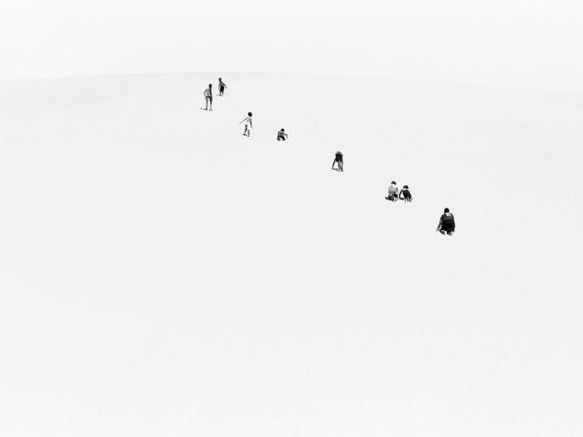 Kinder laufen auf einer Sanddüne