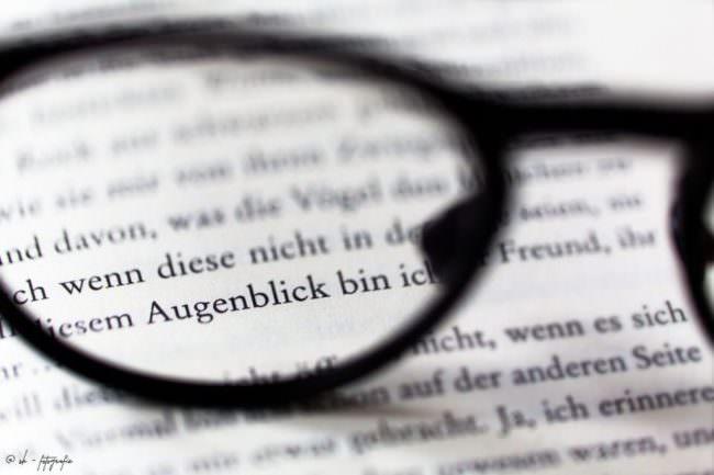 Text durch eine Brille