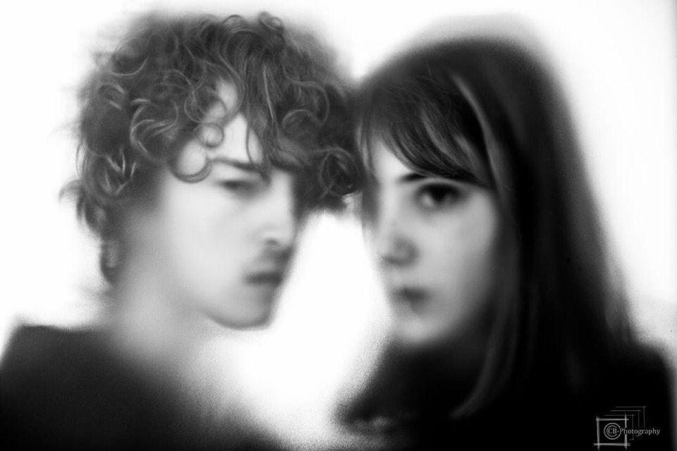 Zwei Personen im Portrait leicht unscharf
