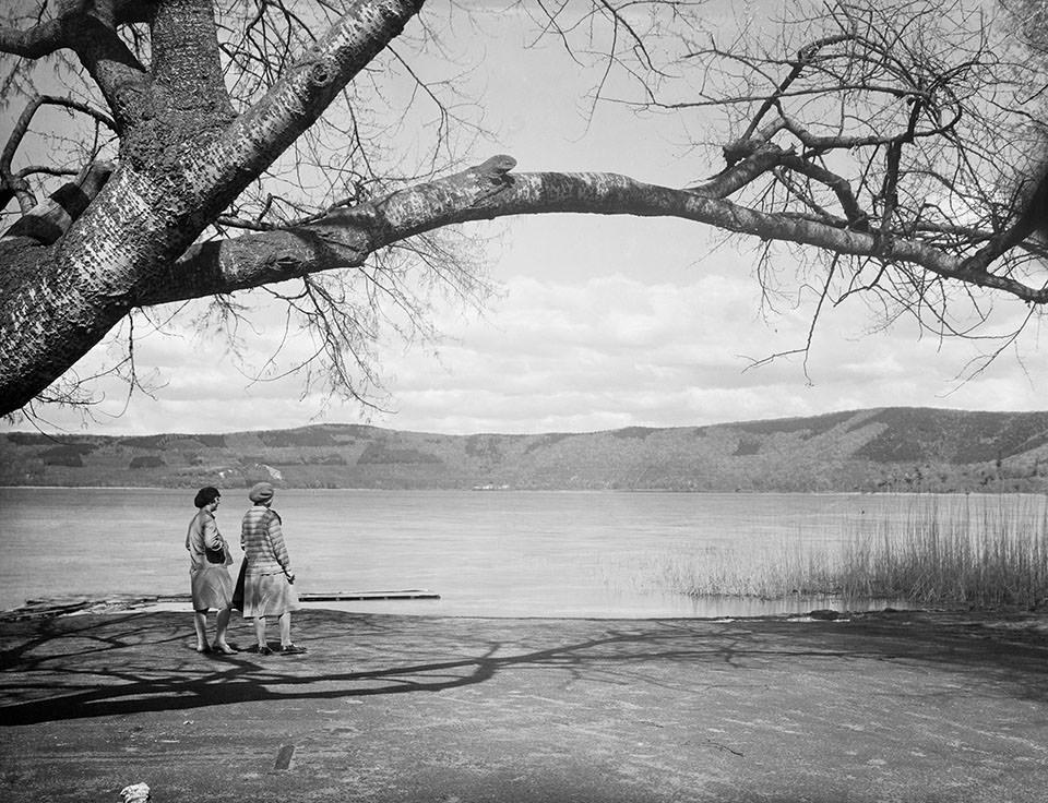 zwei Frauen spazieren an einem See