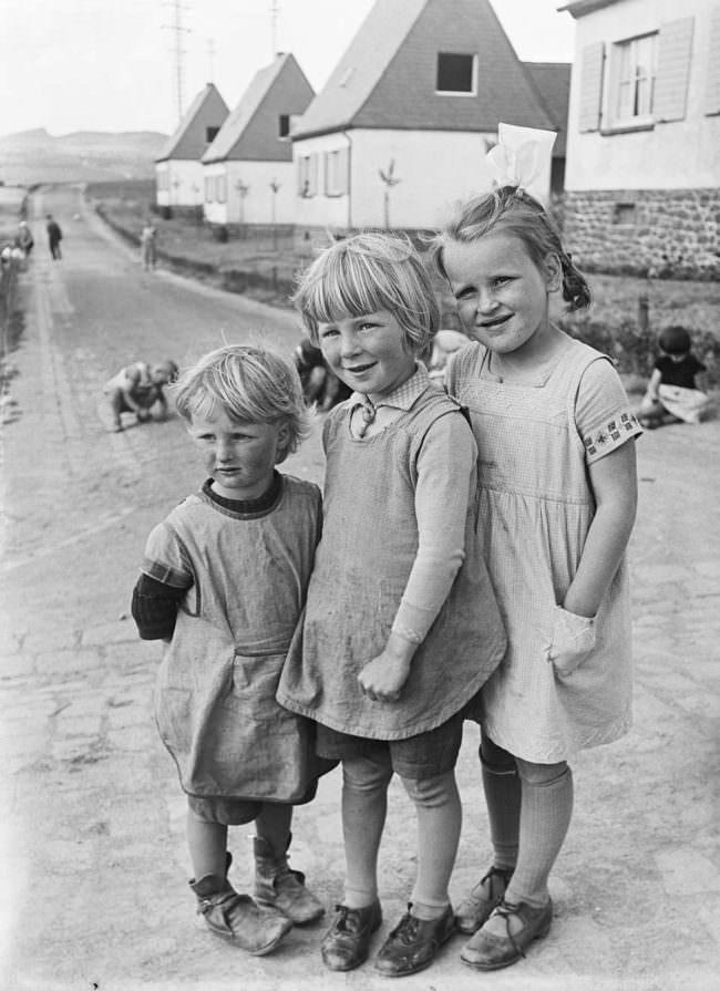Drei Kinder auf einer Straße
