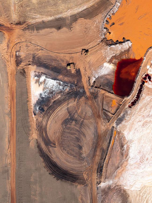 Surreale Aufnahme des Aluminiumabbaus von oben