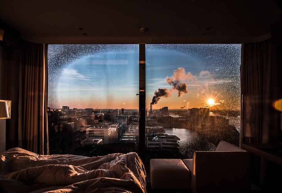 Blick von einem Zimmer aus dem Fenster in eine Stadt