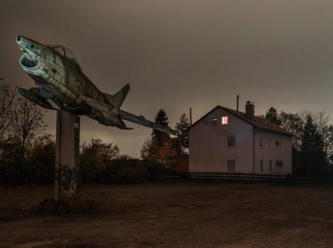 Flugzeug vor einem Wohnhaus