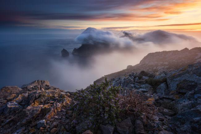 Nebel über Bergen und dem Meer
