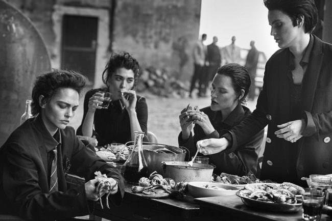 Vier Frauen essen an einem Tisch