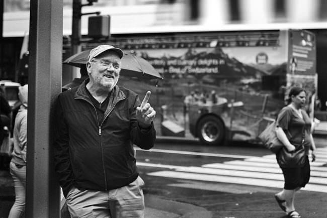 Mann lachend an einer Straße