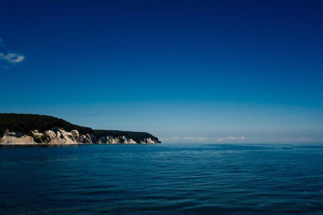 Meer mit Land in der Ferne