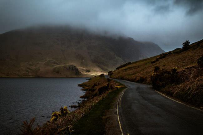 Straße an einem See im Nebel