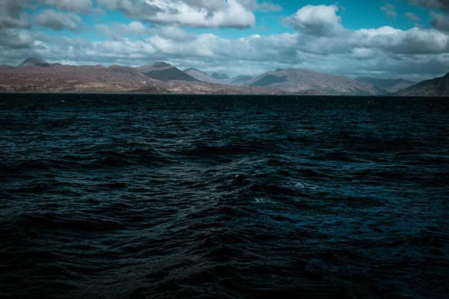 Wasser im Vordergrund, im Hintergrund Landschaft