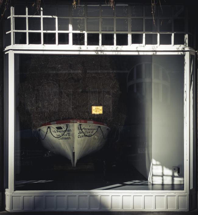 Boot durch ein Fenster