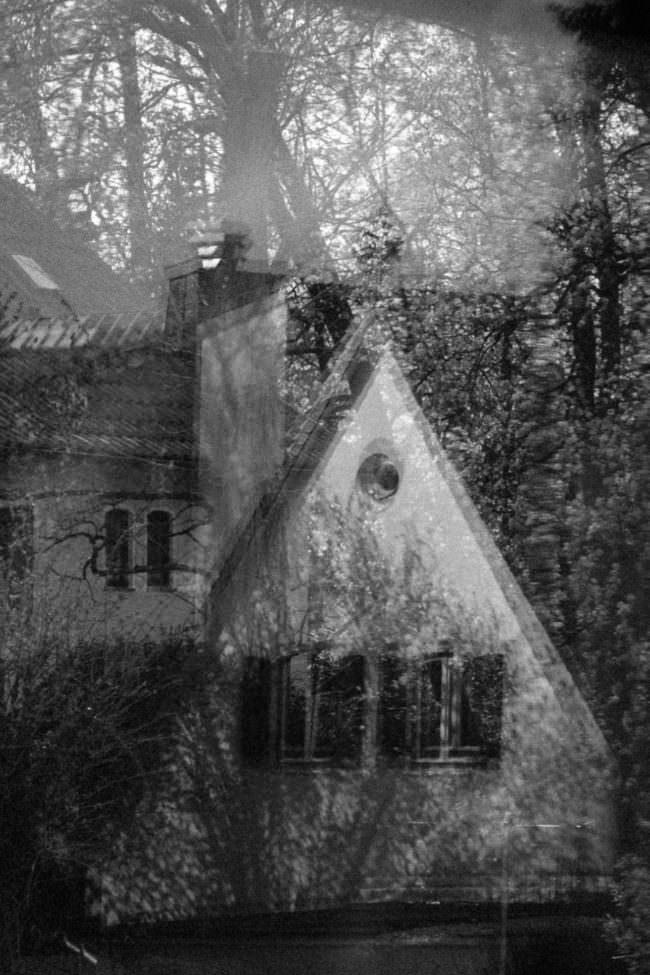 Haus spiegelt sich in einem Fensterglas