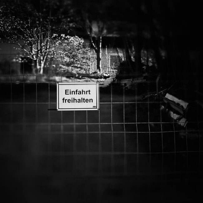Schild an einem Gitter
