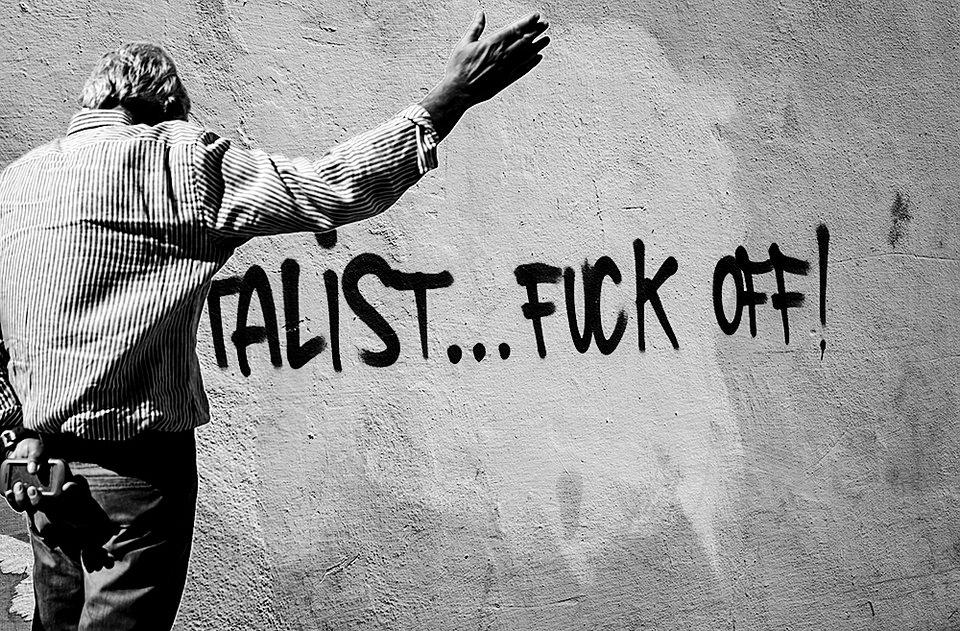 Mann vor einem Graffito