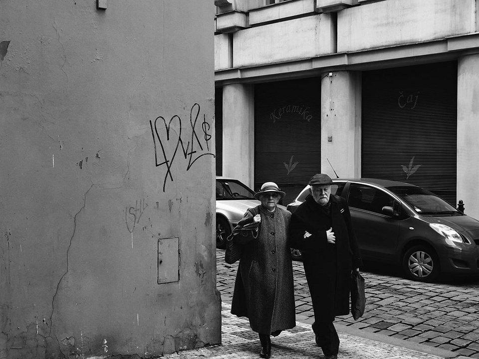 altes Paar biegt um eine Straßenecke