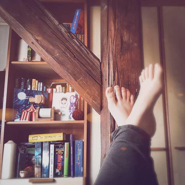 Blick auf einen Bücherschrank mit Füßen