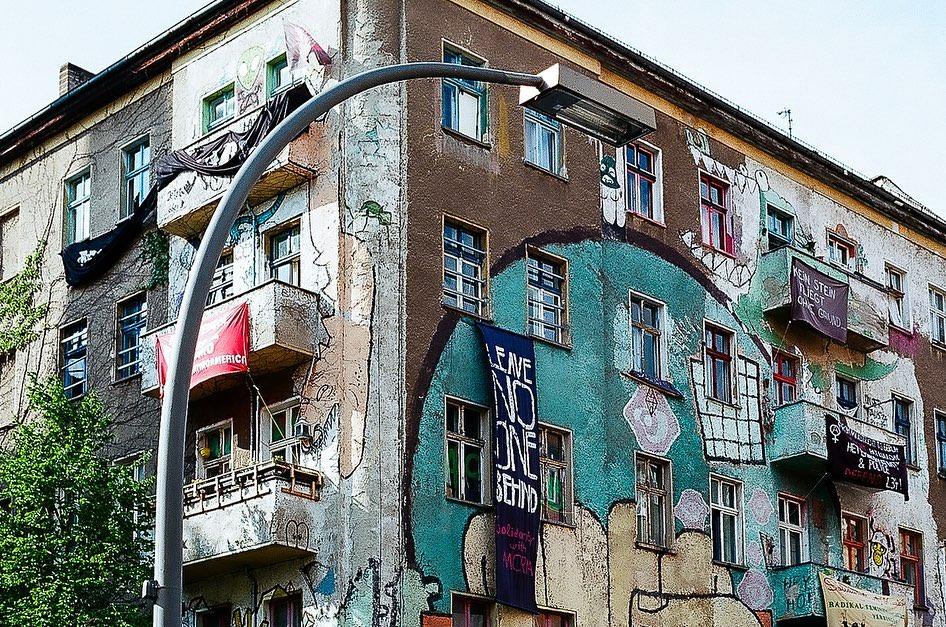 Eckhaus voller Graffiti und Plakate