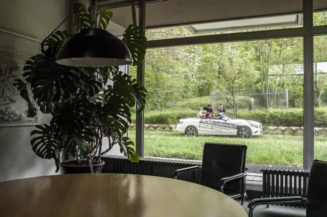 Blick durch ein Fenster nach draußen auf ein Auto