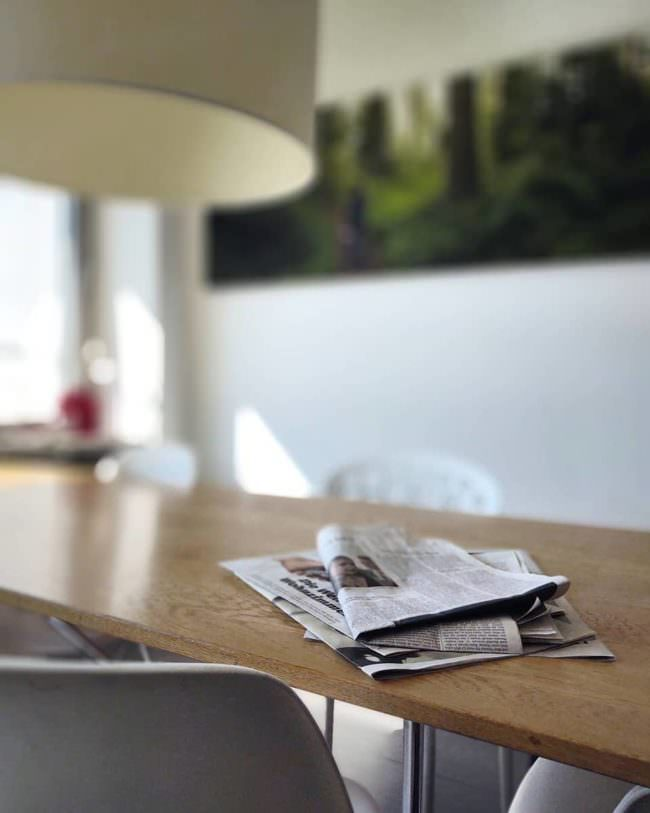 Tisch mit Zeitung