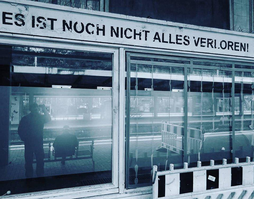 Spiegelung in Fenstern am Bahnhof