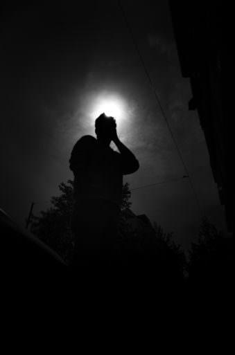 Person im Gegenlicht mit Sonnenkrone