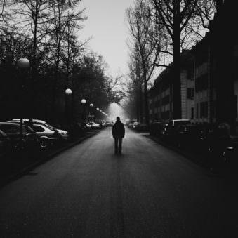 Person auf einer Straße im Schattenriss