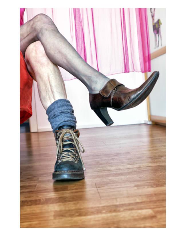 Beine mit verschiedenen Schuhen