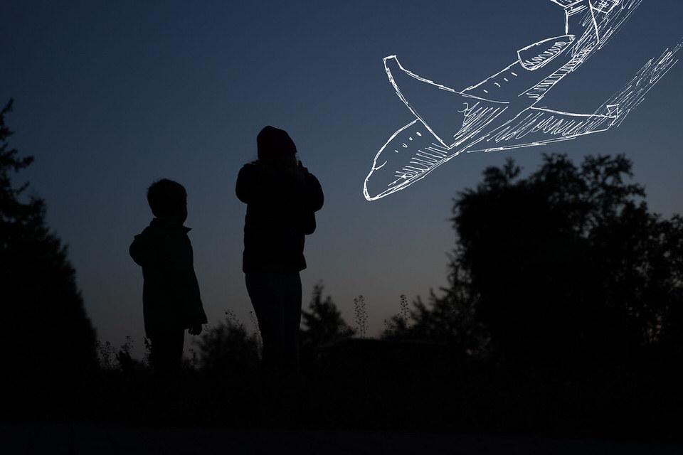 Kinder schauen in einen Himmel mit gezeichneten Flugzeug