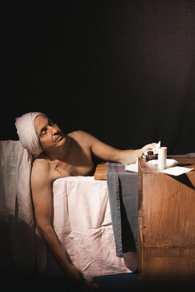Mann in einem Bett