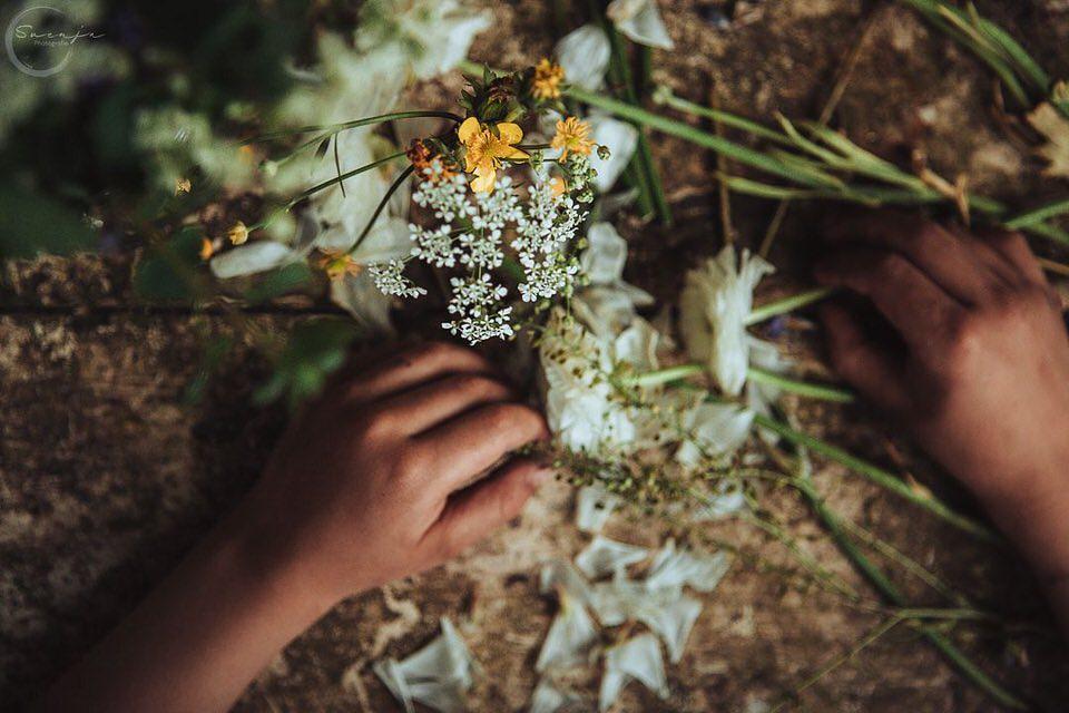 Hände arbeiten mit Blumen