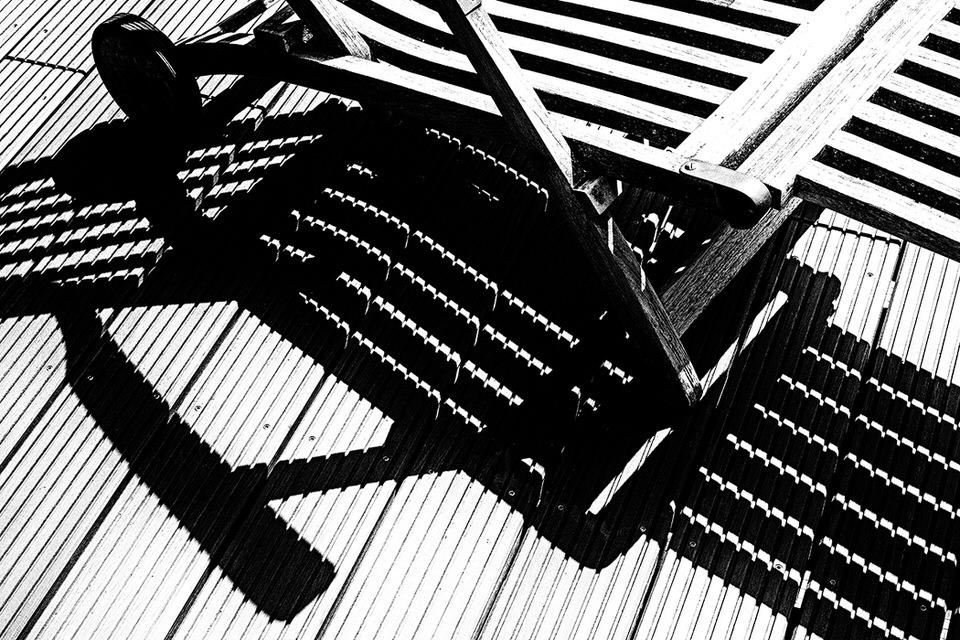Gartenstuhl wirft Schatten