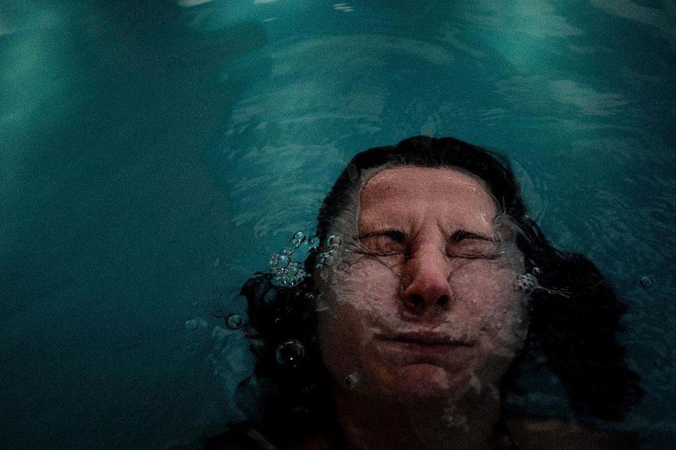 Mensch taucht unter Wasser