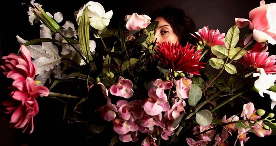 Portrait hinter vielen Blüten