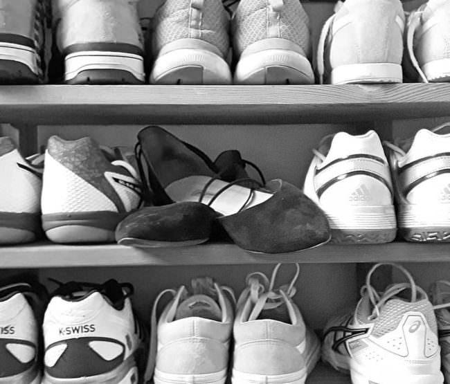 Schuhe in einem Regal
