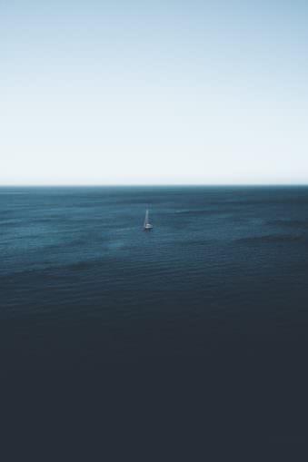 Ein Segelboot auf dem Meer