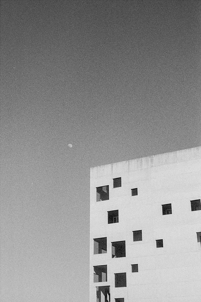Gebäude und Mond