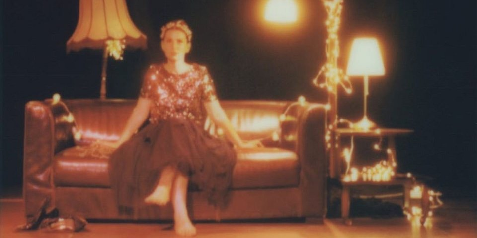 Polaroid Portrait Frau auf einem Sofa
