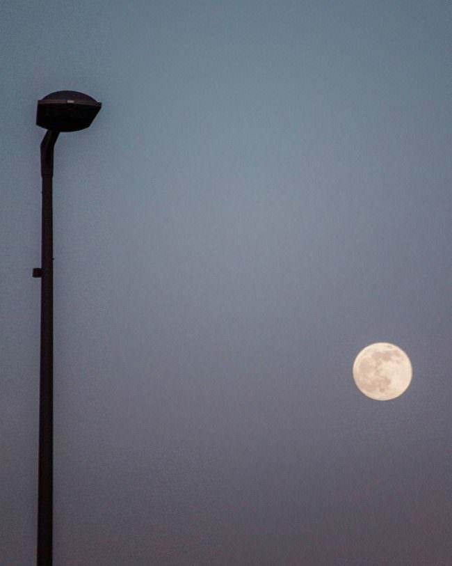 Straßenlaterne und Mond