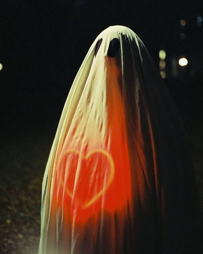 Portrait Bettlaken Gespenst mit Neonherz