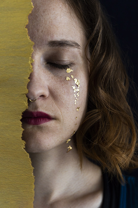Frau mit goldenen Tränen