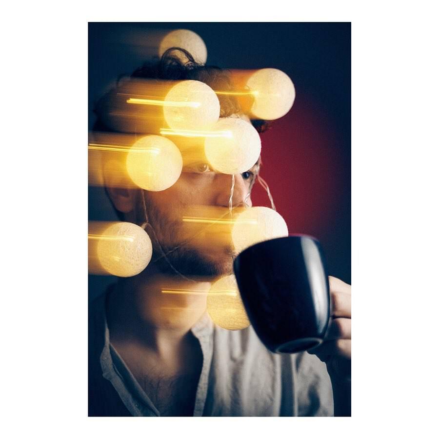 Portrait mit Tasse Doppelbelichtung Lampen
