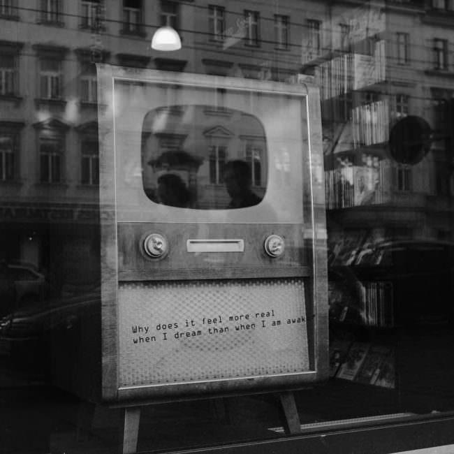 Alter Fernseher in einem Schaufenster