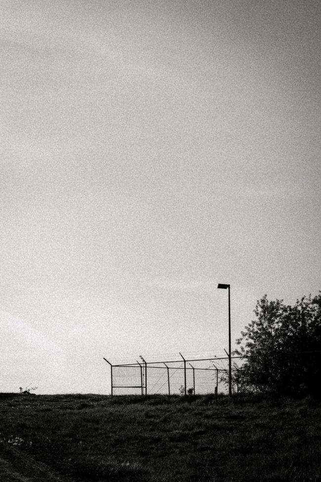 Zaun mit weitem Himmel