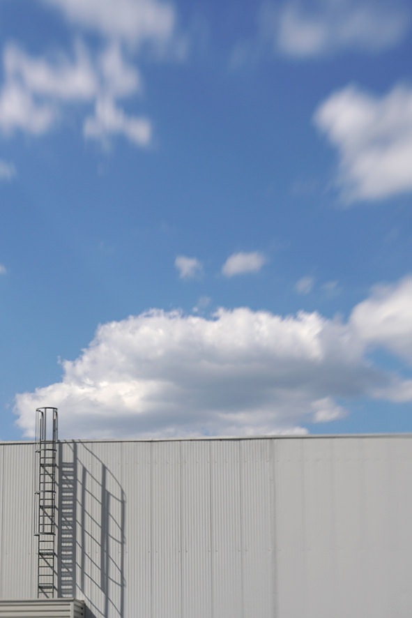 Halle mit blauem Himmel